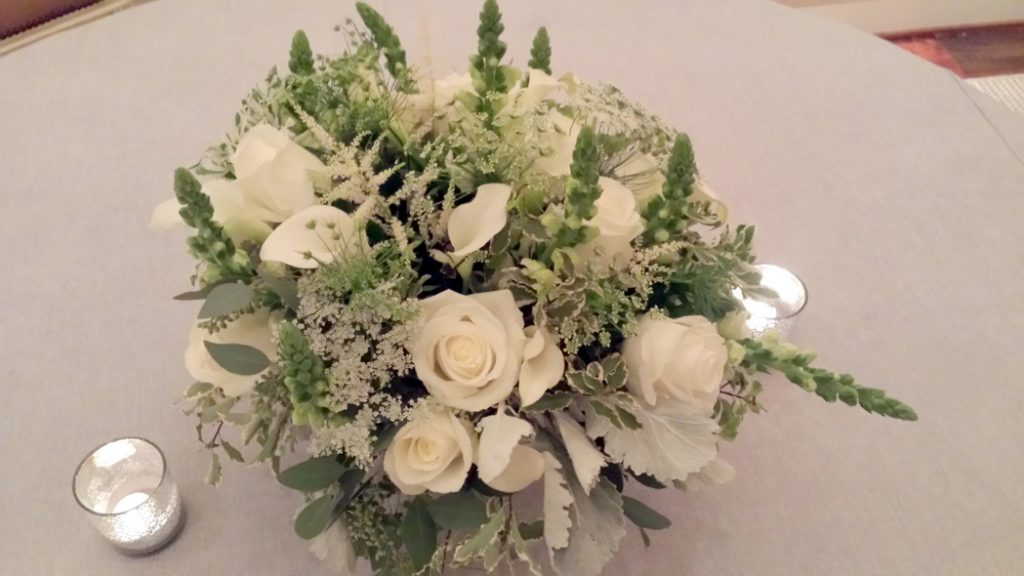 philippa-tarrant-low-floral-arrangement-soft-gray-green-foliage-dusty-miller-roses-queen-annes-lace-astrantia-snapdragon