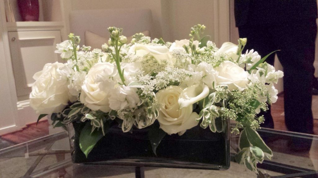 philippa-tarrant-low-floral-arrangement-soft-green-foliage-dusty-miller-roses-stock-snapdragons-snow-on-the-mountain