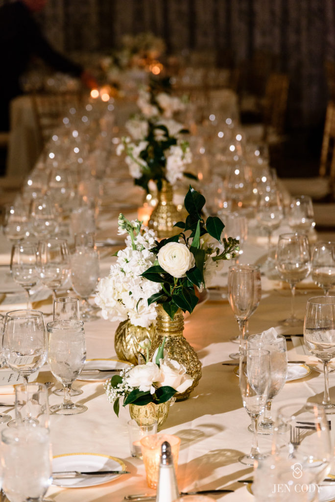 mayflower-hotel-wedding-kings-table-ivory-centerpiece